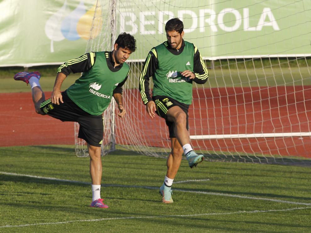 Diego Costa y Raúl García entrenan ante la mirada de Del Bosque