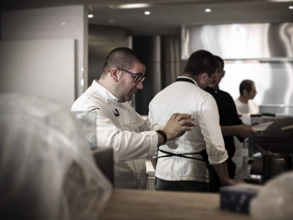 Dani García en la cocina de su restaurante en Marbella, que cerrará el próximo 22 de octubre