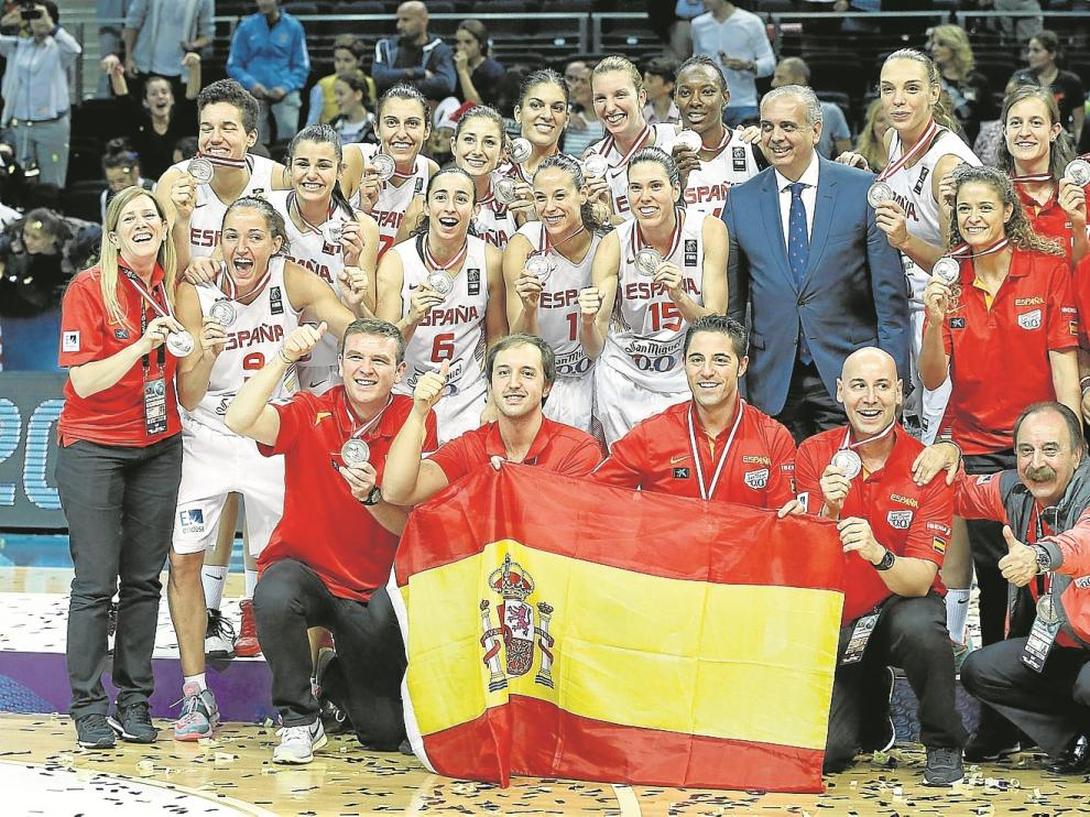 El técnico zaragozano Víctor Lapeña (abajo, tercero por la izquierda) celebra con el equipo nacional la medalla de plata.