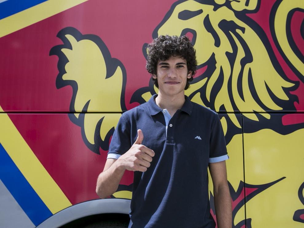 Vallejo posa delante del escudo del bus del Real Zaragoza
