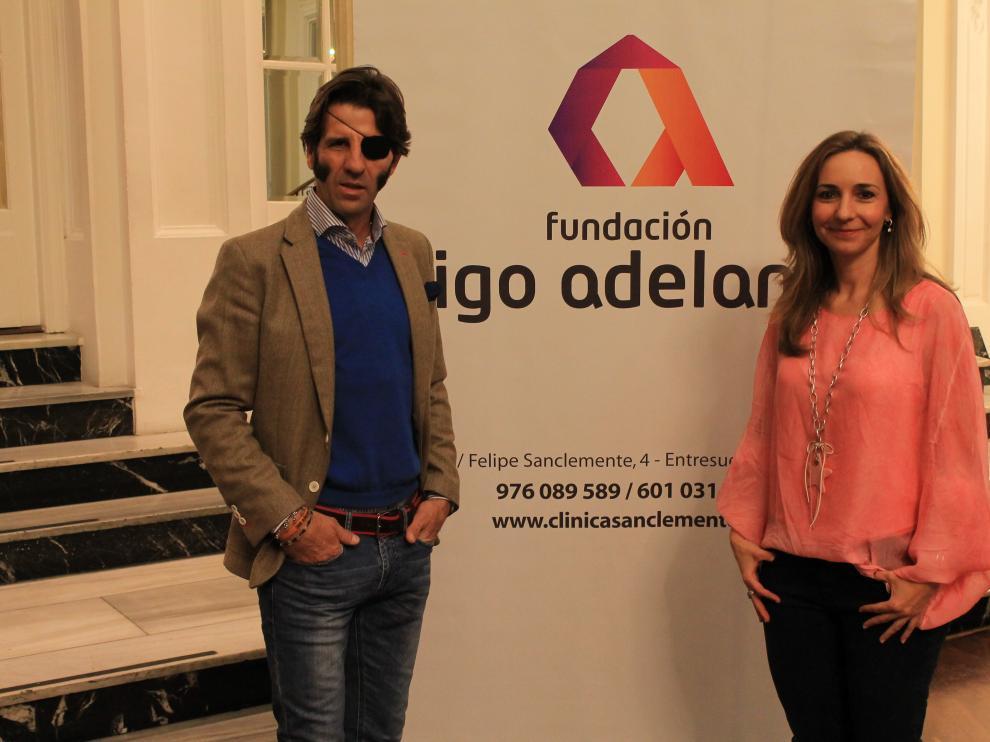 El torero, junto a Sonia Peña, presidenta de la fundación 'Sigo Adelante'.