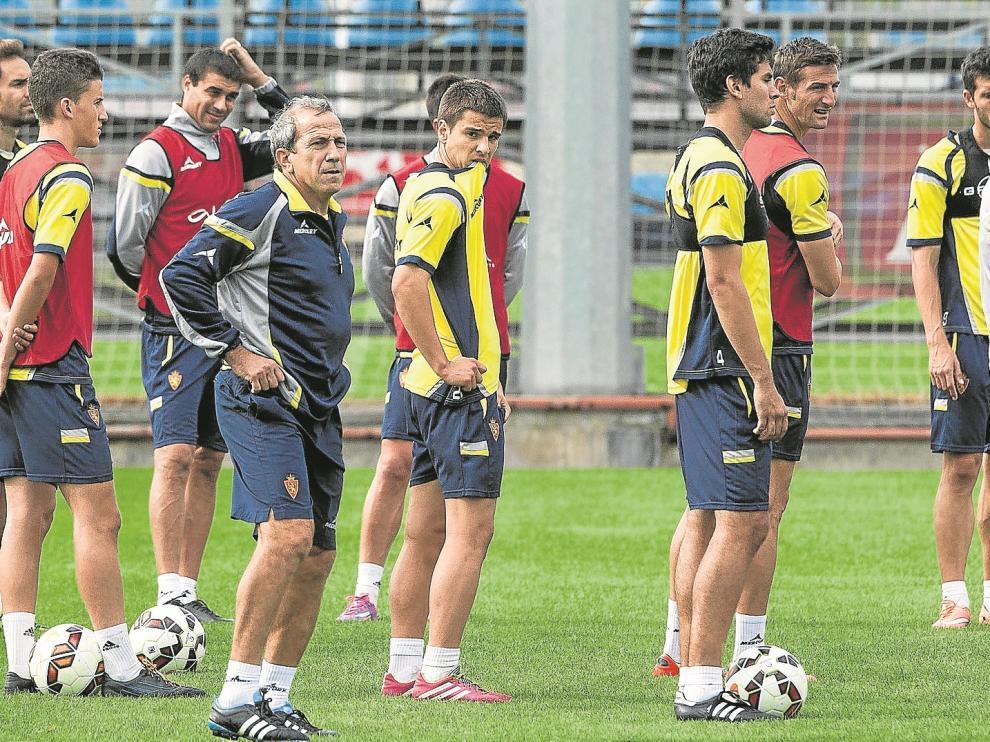 Víctor Muñoz junto a sus jugadores durante un entrenamiento desarrollado en los terrenos de la Ciudad Deportiva.