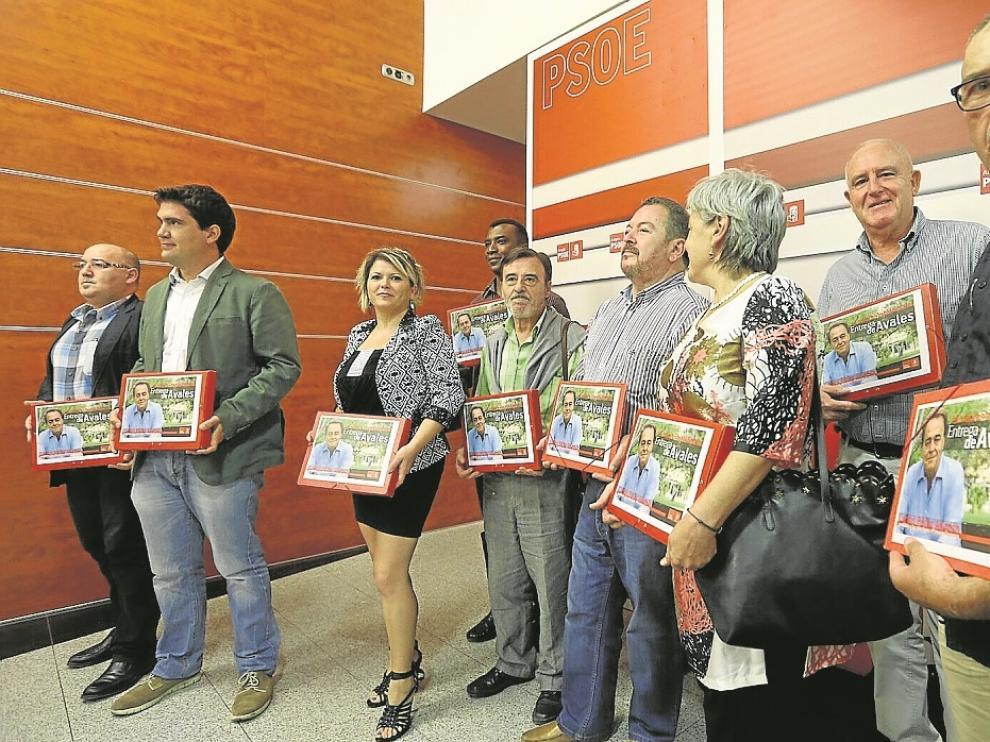Miembros de la plataforma de apoyo a Carlos Pérez, minutos antes de presentar los avales.