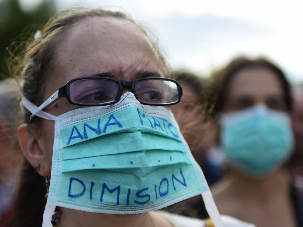 Trabajadores sanitarios protestan a la entrada del hospital Carlos III de Madrid, donde permanece ingresada la paciente con ébola.