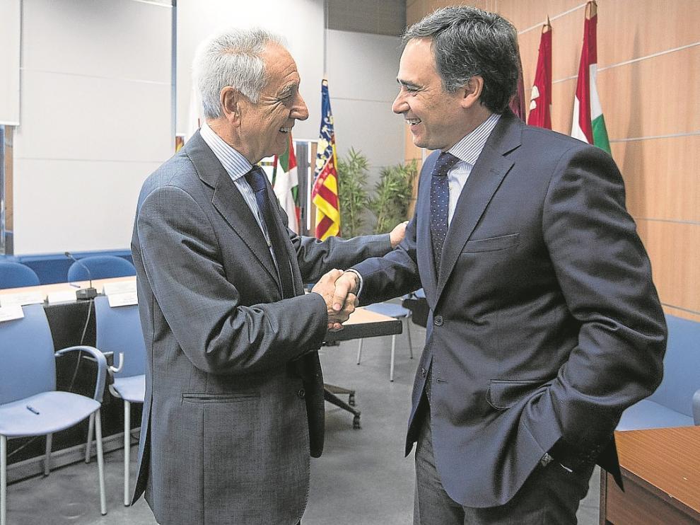 El consejero de Medio Ambiente, Modesto Lobón, con el presidente de la CHE, Xavier de Pedro, ayer.