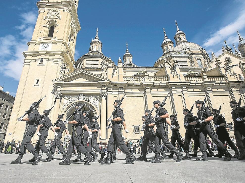 El acto de la plaza del Pilar concluyó ayer con un desfile de las distintas unidades del Cuerpo.