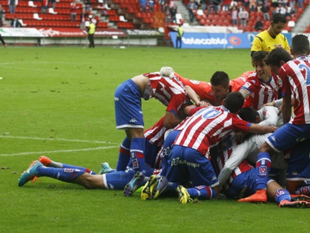 Los jugadores del Sporting celebran el gol