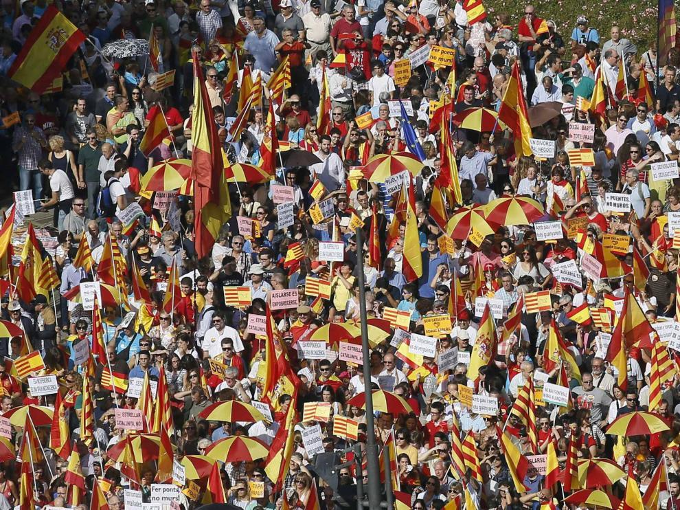 Miles de personas con banderas españolas y catalanas en Barcelona