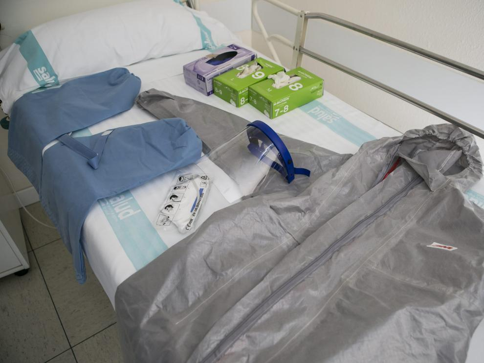 Traje protector y material para tratar a los enfermos de ébola en el Hospital Royo Villanova de Zaragoza.