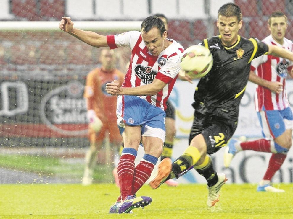 Ruiz de Galarreta presiona a David López en el partido de ayer.