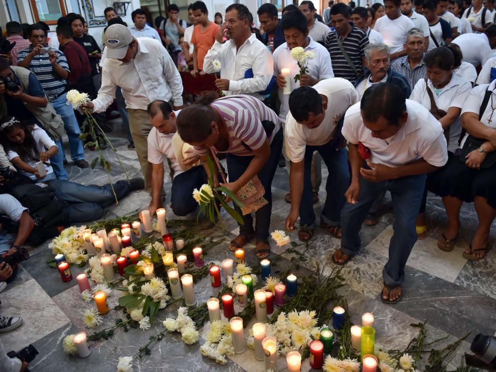Familiares de los estudiantes desaparecidos les recuerdan con flores y oraciones