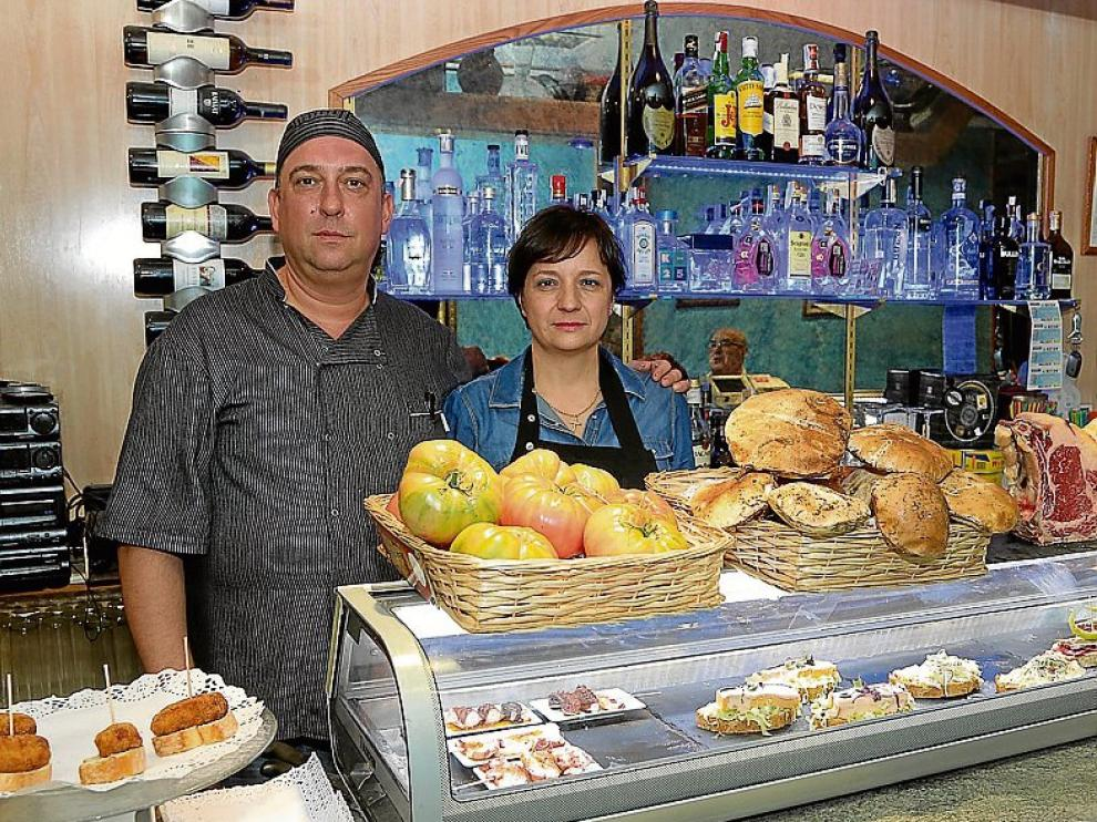 David Roy y Maite Espinosa, en la barra de Mayoral 2