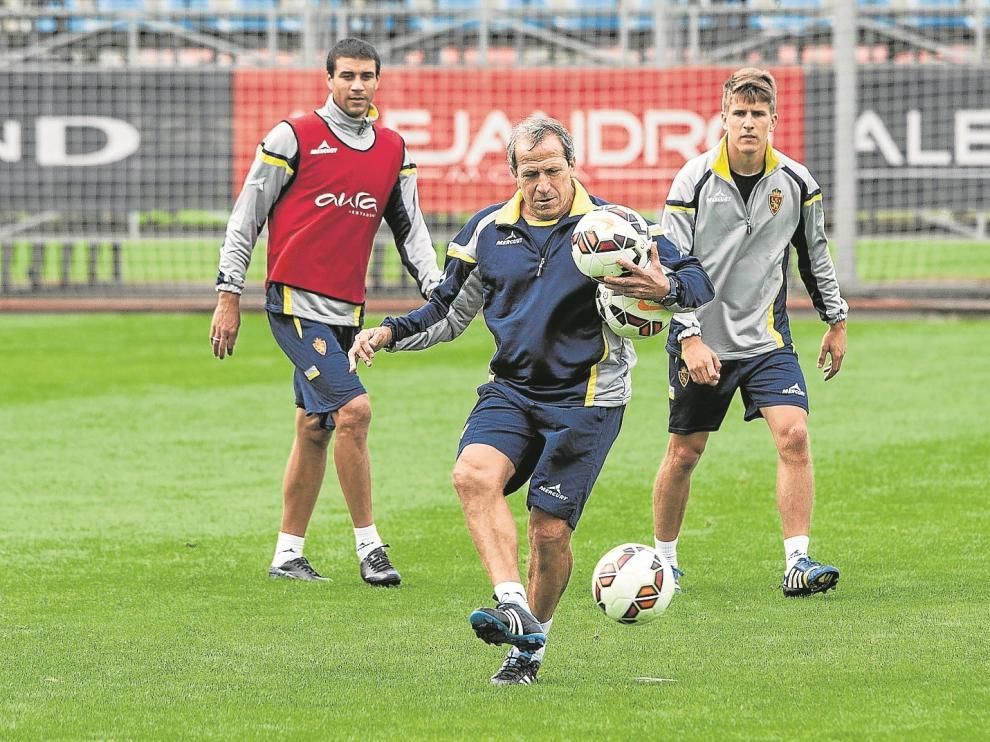 Álvaro Tierno, a la derecha, atiende a Víctor Muñoz en un entrenamiento en la Ciudad Deportiva.