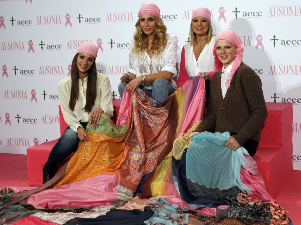 Las cuatro han presentado la Bandera de la Esperanza confeccionada con pañuelos de mujeres que han superado el cáncer de mama