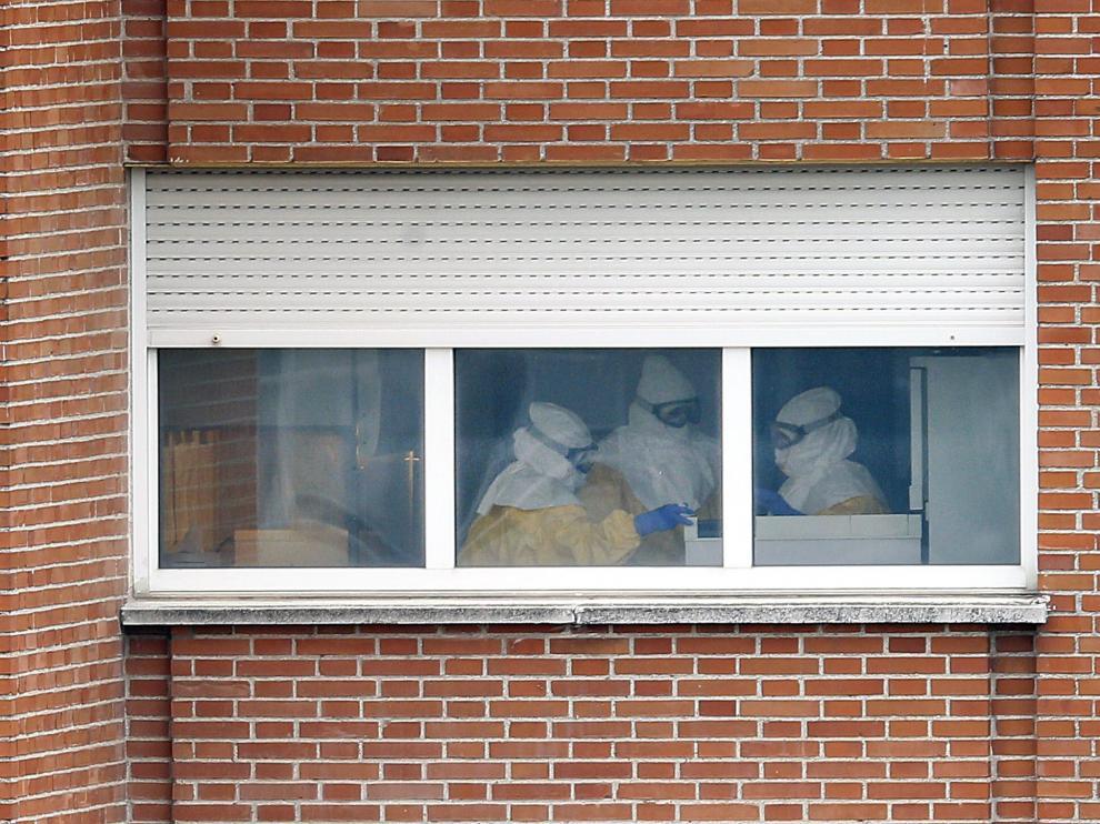 Sanitarios trabajando en la planta aislada en el Carlos III