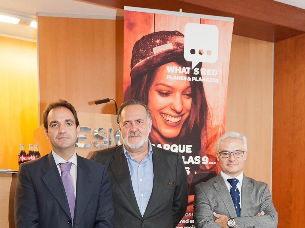 Andrés Carranzo (c) junto al director de comunicación de Coca Cola Iberian Partners
