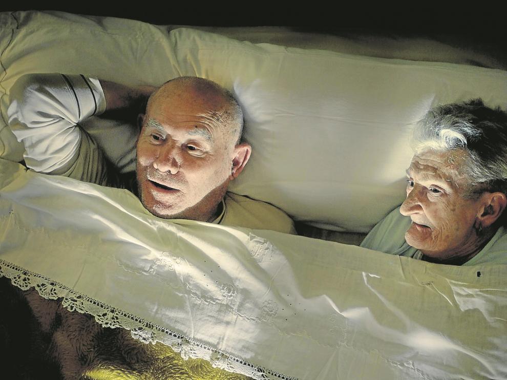 Felisa Lou y Antonio Paralluelo, una pareja de octogenarios de Muniesa, en una de las escenas del filme que han protagonizado.