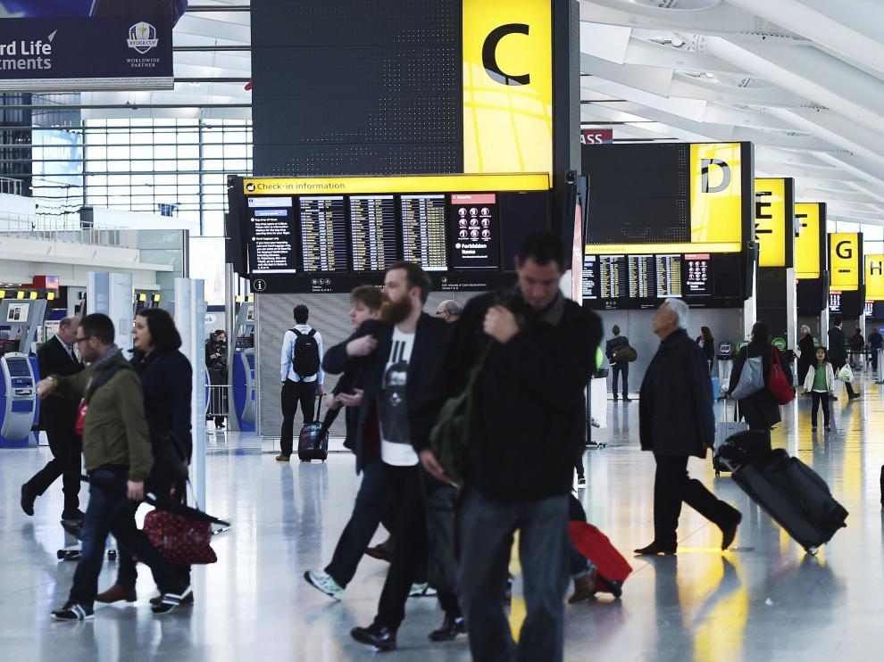 El aeropuerto de Heathrow de Londres empezó a aplicar los controles esta semana para detectar casos de ébola.