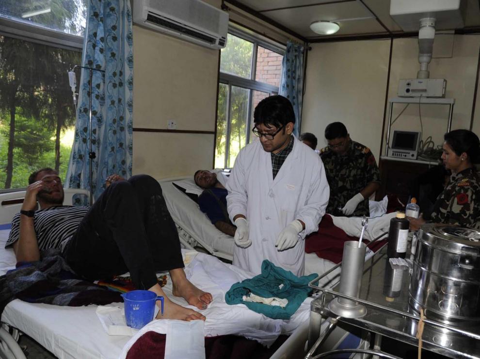 Los servicios sanitarios atienden a un hombre rescatado en Nepal