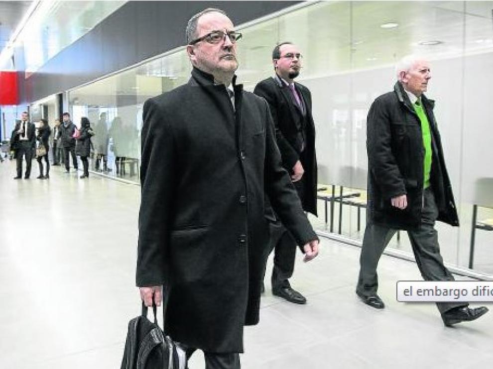 El juez abre juicio oral contra los cuatro acusados del caso Naves
