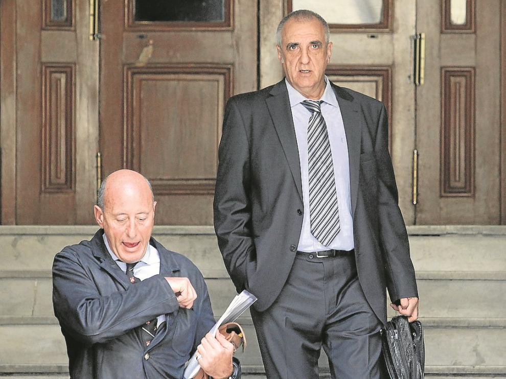 Victorino Alonso, en la parte superior, saliendo de los Juzgados de Huesca tras declarar en 2012.