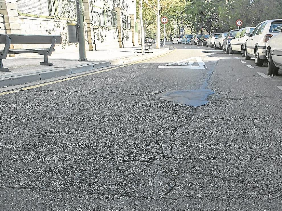 El Ayuntamiento ha recibido este año 678 quejas por la falta de conservación, que incluye desde baldosas y bancos rotos hasta el mal estado del asfalto (en la foto, Manuel Lasala).
