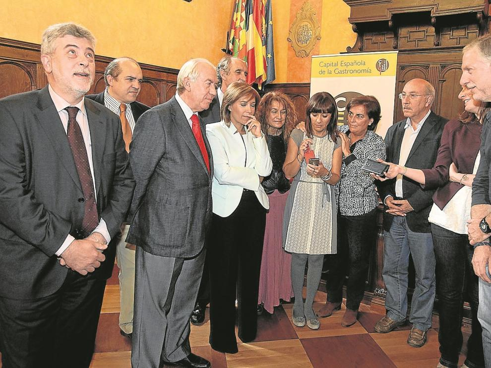 Los responsables políticos, con el consejero Bono y la alcaldesa Alós a la cabeza, siguieron el veredicto por la radio de un teléfono móvil.