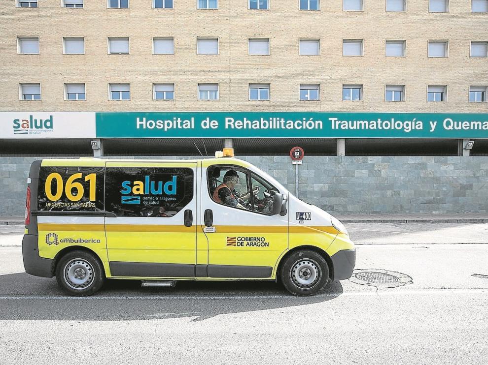 Uno de los vehículos sanitarios de Ambuibérica, en la zona de urgencias del Hospital Miguel Servet.