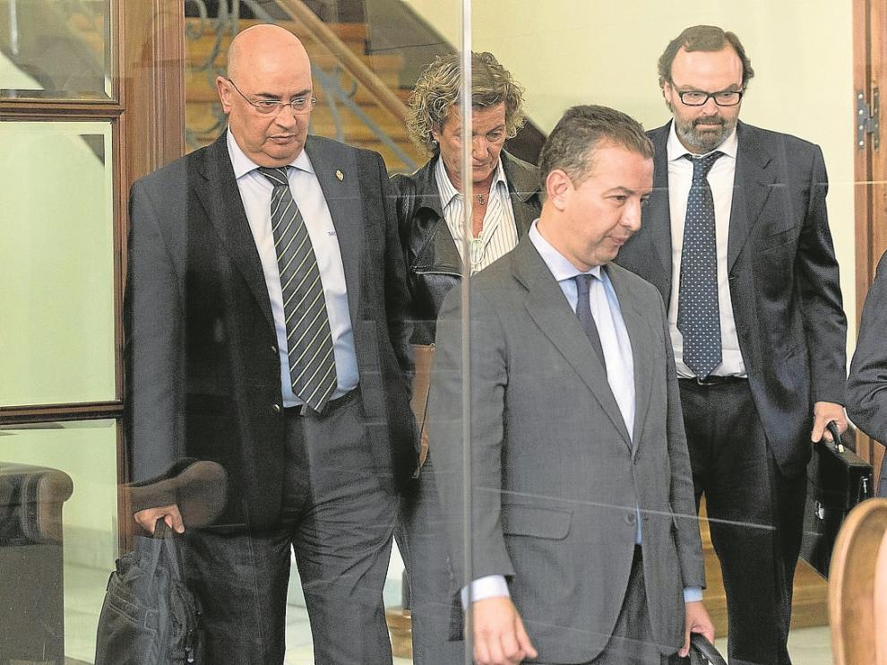 Paco Checa –izda.– y Fernando Sainz de Varanda –dcha.– junto a sus representantes legales, ayer.