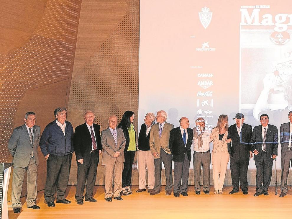 La actual plantilla del Real Zaragoza posa muy sonriente con la leyenda Marcelino Martínez Cao.