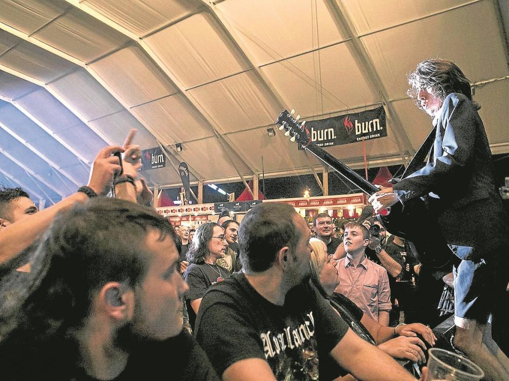 La carpa principal de Valdespartera, anoche, durante el concierto de homenaje a AC/DC.