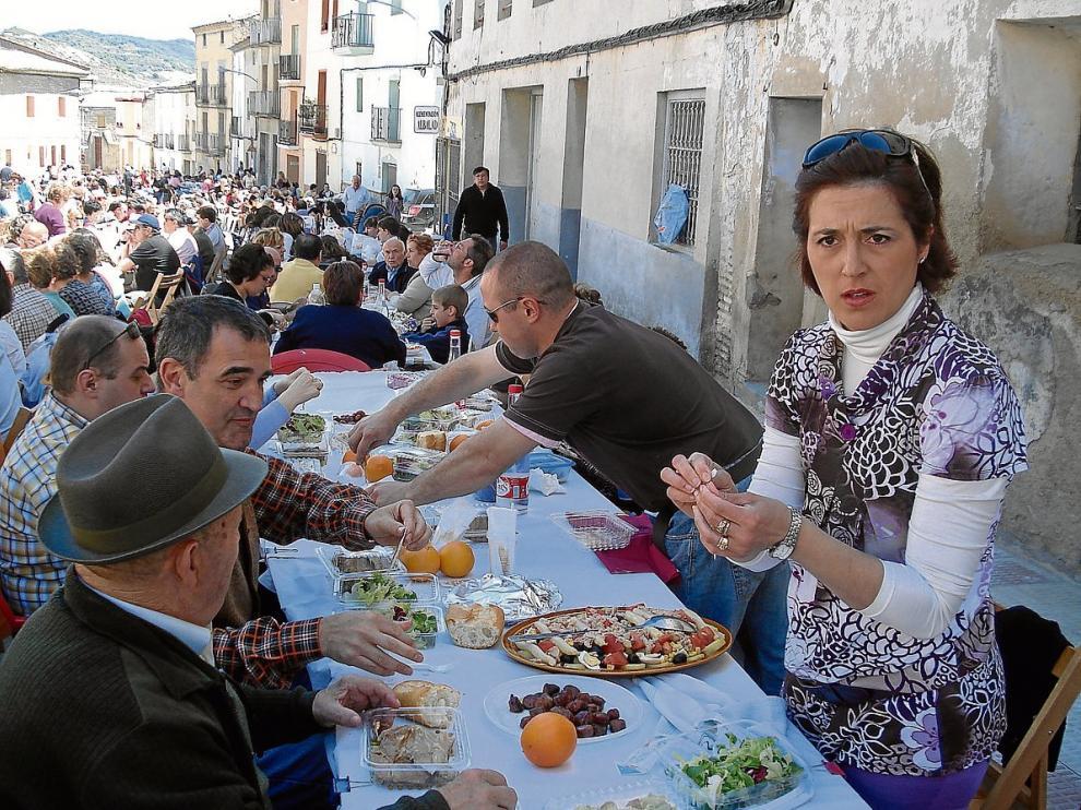 En la fiesta del escabechado de Castejón de Valdejasa participa todo el pueblo