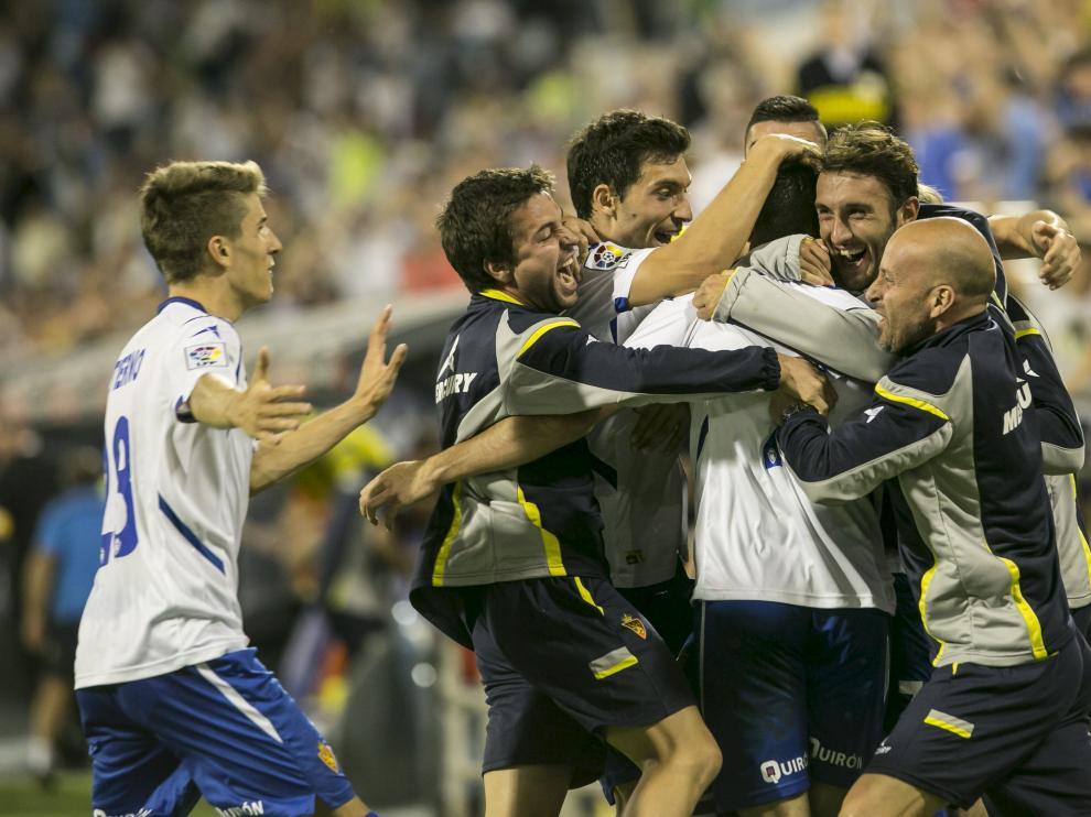 Los jugadores del Real Zaragoza celebran el gol de Jaime