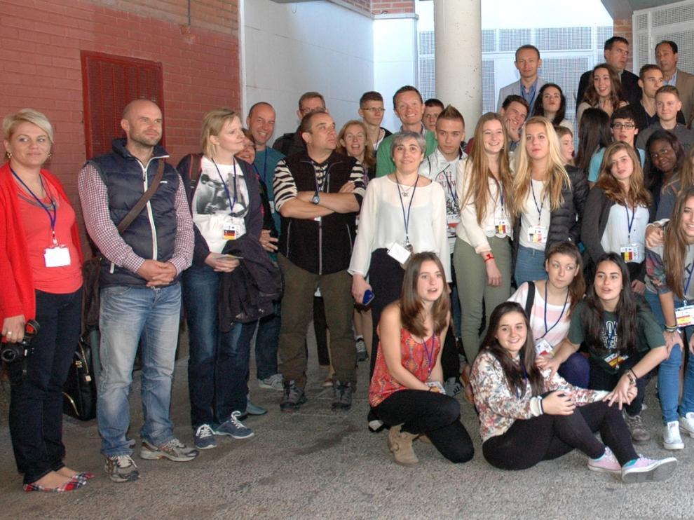 El delegado territorial con todos los alumnos y profesores del proyecto Comenius 'Generación S'