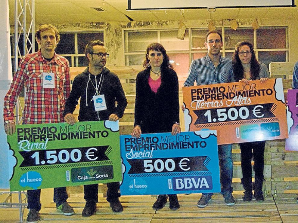 Cristina Aza (tercera por la izquierda), junto al resto de ganadores del concurso Starter del Hueco.