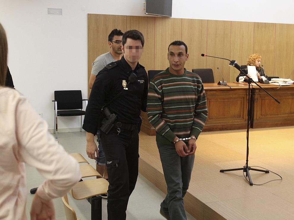 El acusado llega a la sala de vistas