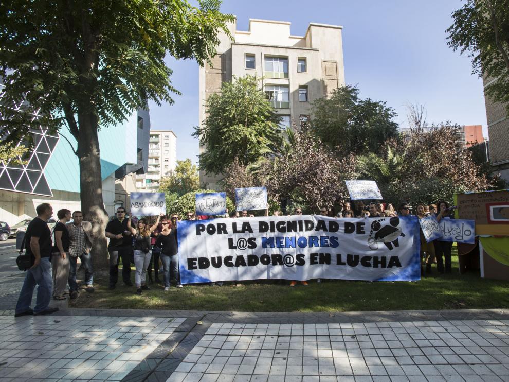 Concentración de trabajadores de centros de menores ante la sede del IASS
