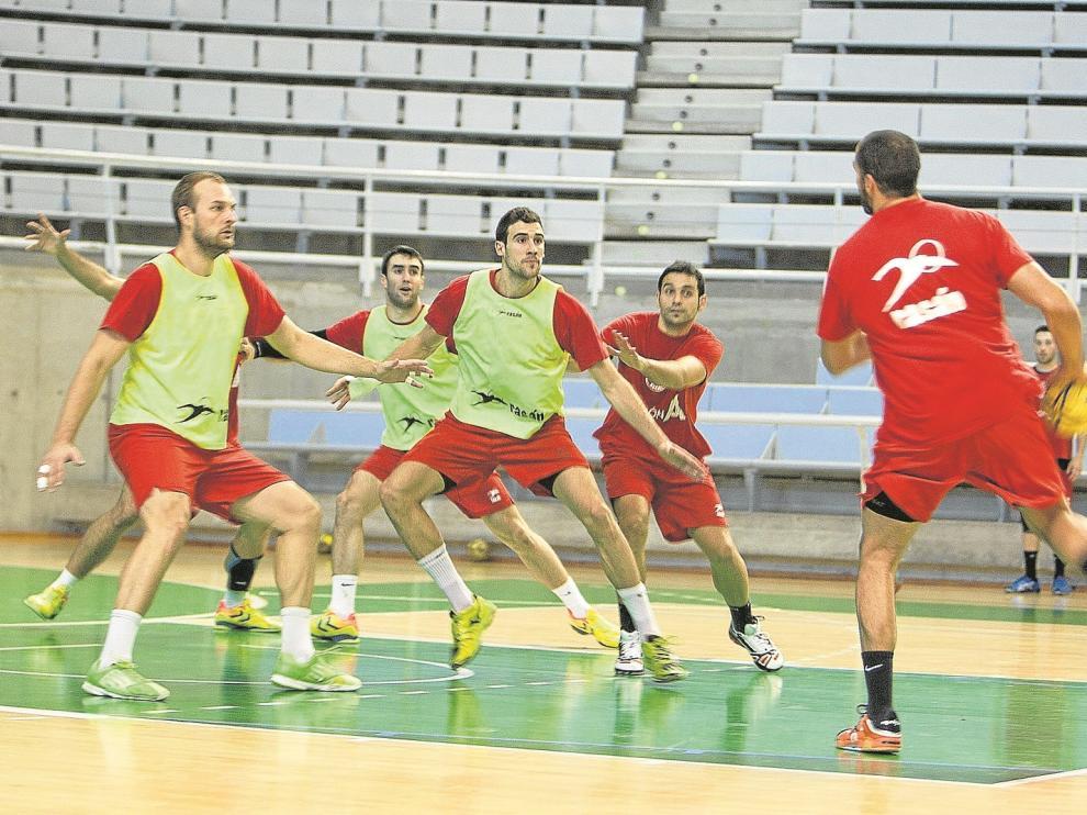 Varios jugadores del Bada Huesca, durante un entrenamiento en el Palacio de los Deportes.