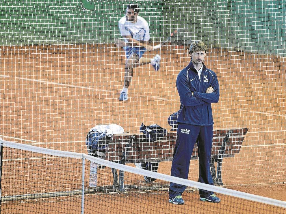 Ferrero observa uno de los duelos de sus jugadores en la mañana de ayer.