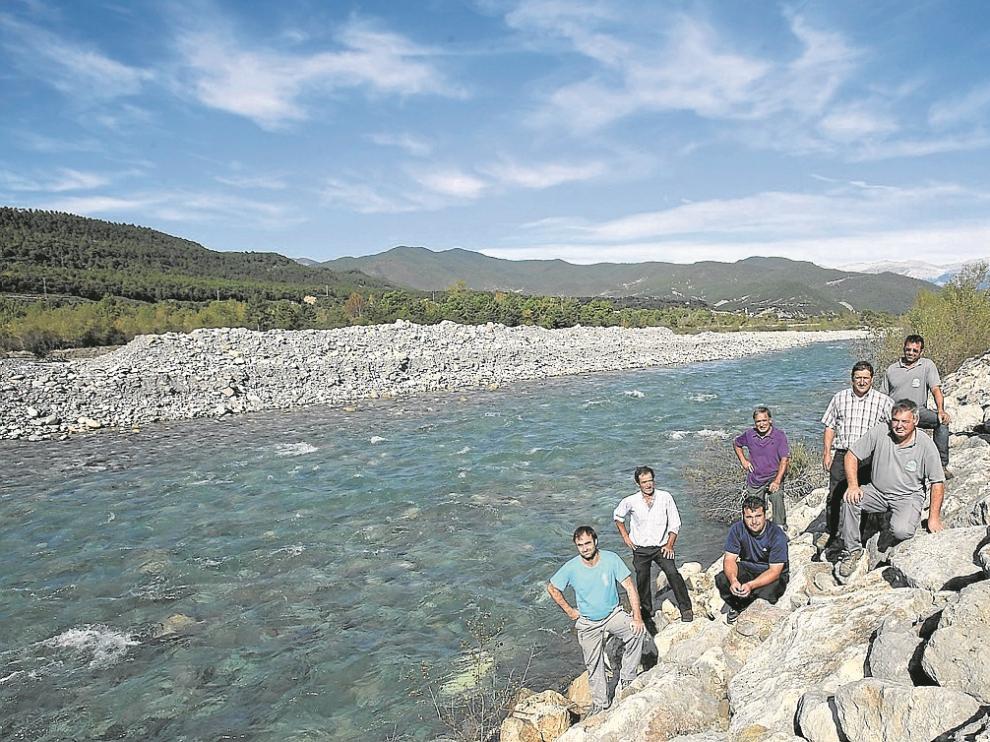 De abajo a arriba, Santiago Castillo, Joaquín Solano, Ramón  Lanau, Antonio Broto, José Luis Buetas, Joaquín Coronas, Luis Lascorz y Jesús Buetas, alcalde de El Pueyo.