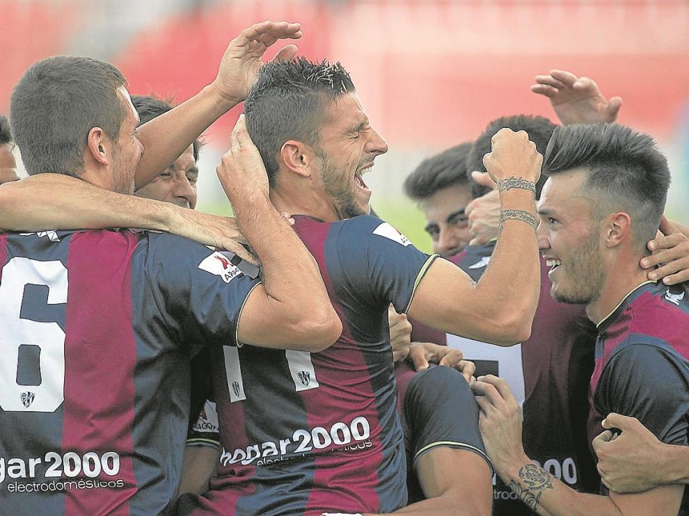 Los jugadores felicitan a Chus Sosa tras marcar su gol al Toledo.