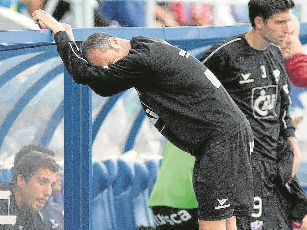 Helguera y Borja, jugadores de aquel Huesca, tristes al descender en Huelva en esa temporada.