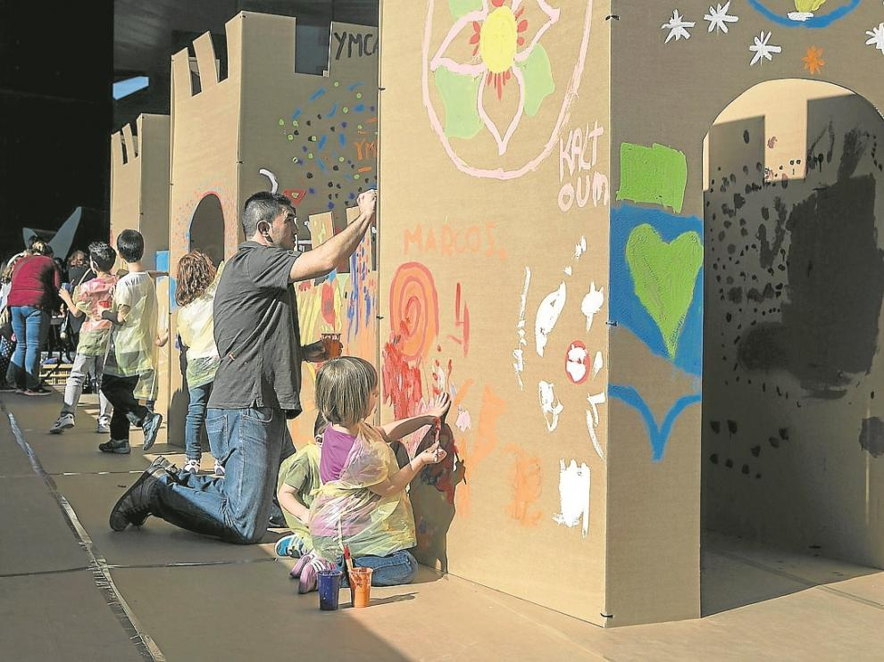 Los niños utilizan las actividades creativas como una forma de comunicación social y solidaria.