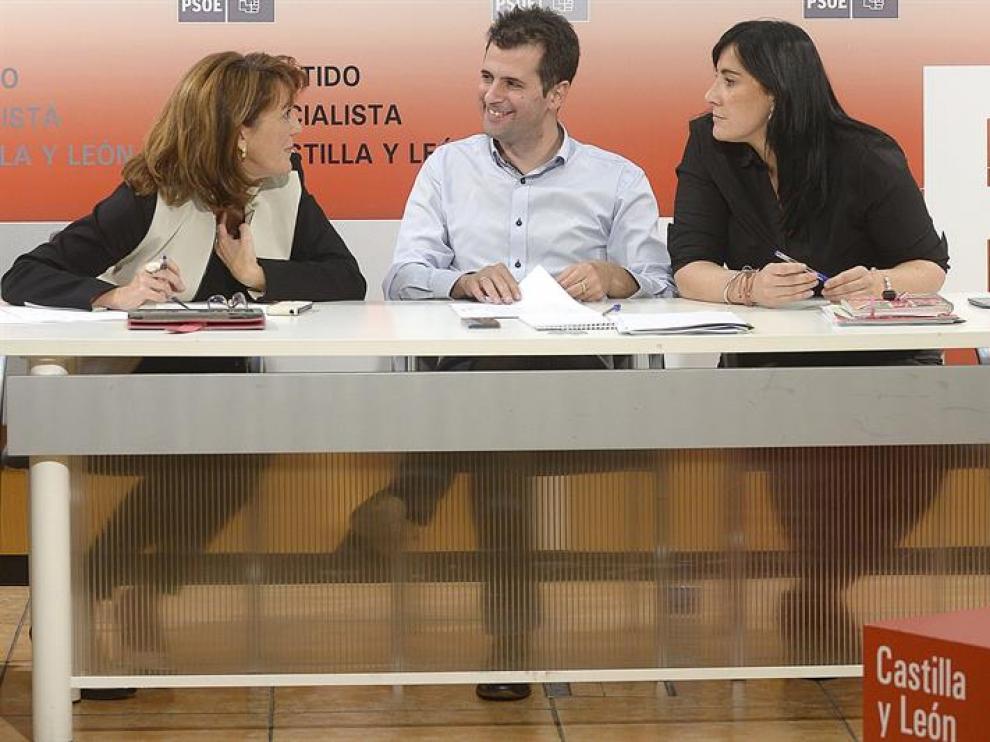 El secretario general del PSCyL, Luis Tudanca (c), junto a la presidenta de su partido, Soraya Rodríguez (i), y la secretaria de Organización, Ana Sánchez (d),