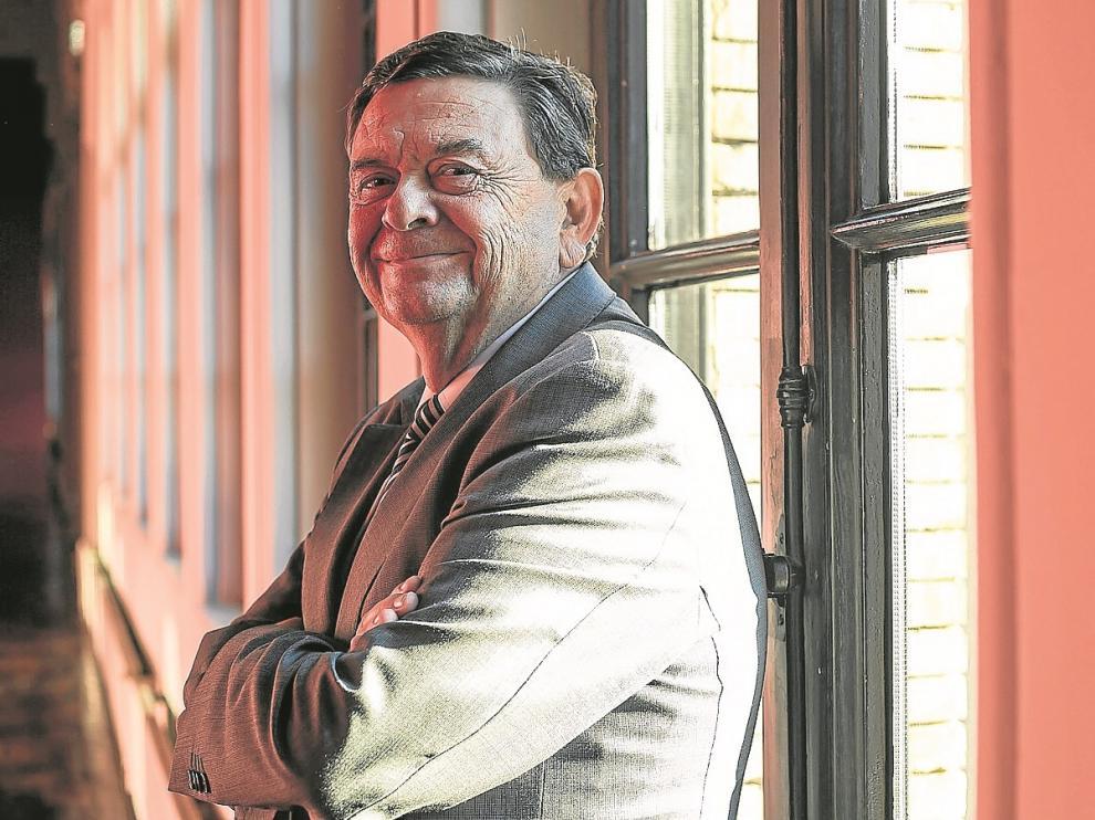 El rector de la Universidad de Zaragoza –que acaba de recoger la Medalla de Oro que la ciudad ha concedido al campus–, en el Paraninfo.