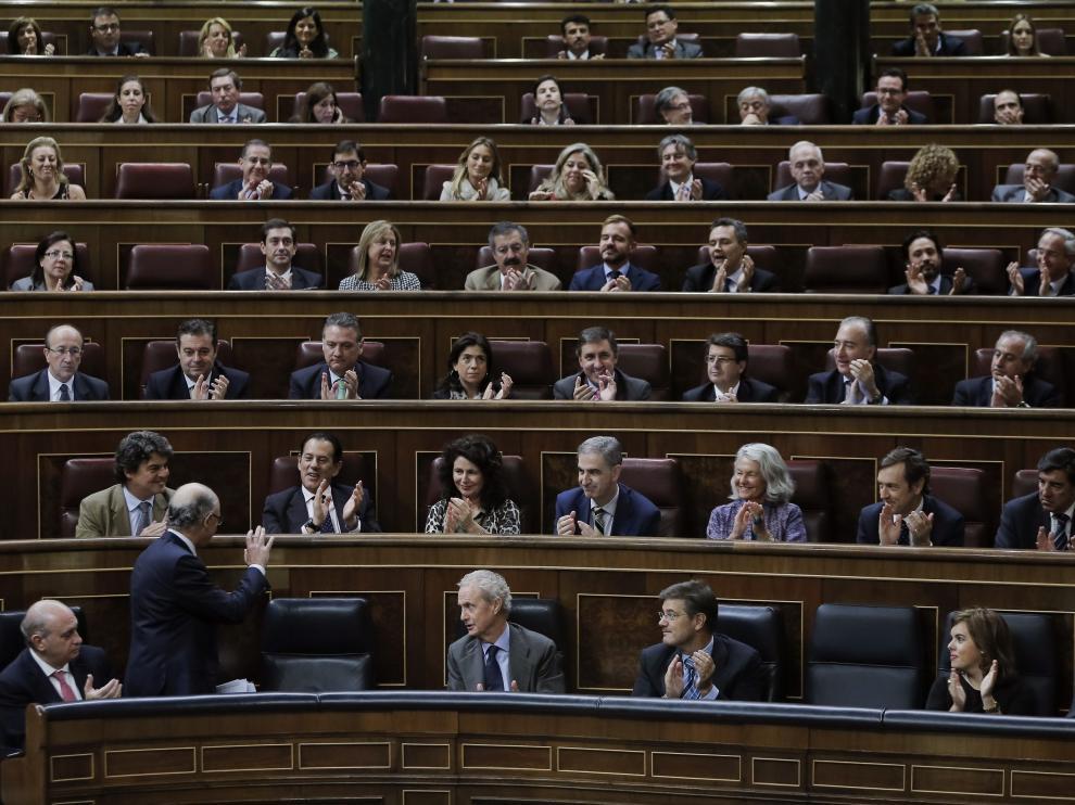La bancada popular aplaude al ministro Montoro