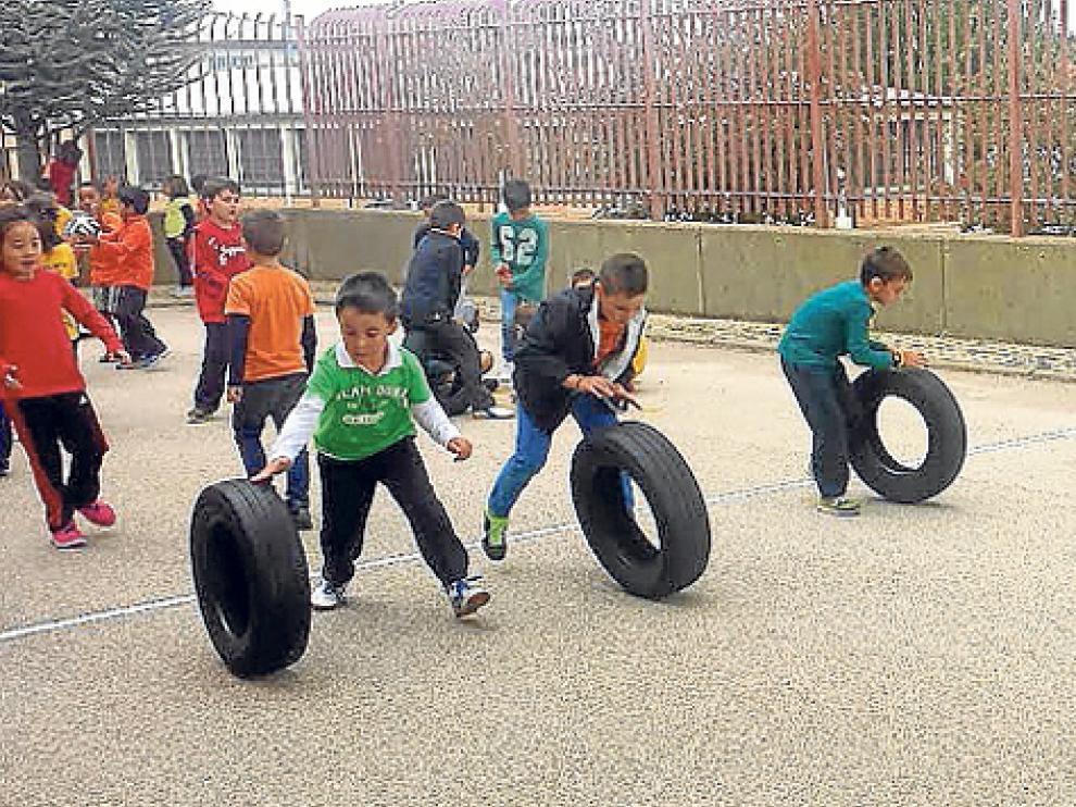Alumnos del Escolapios realizando diferentes juegos tradicionales en el patio del recreo.
