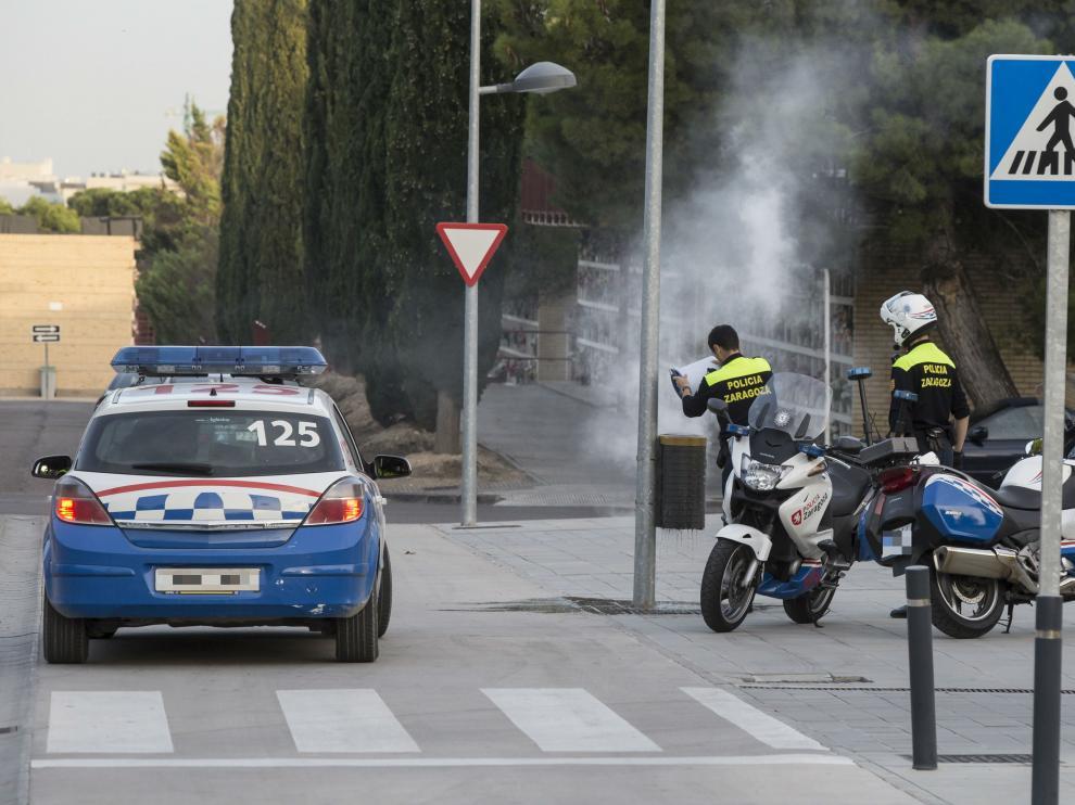 La papelera incendiada sofocada por la Policía Local