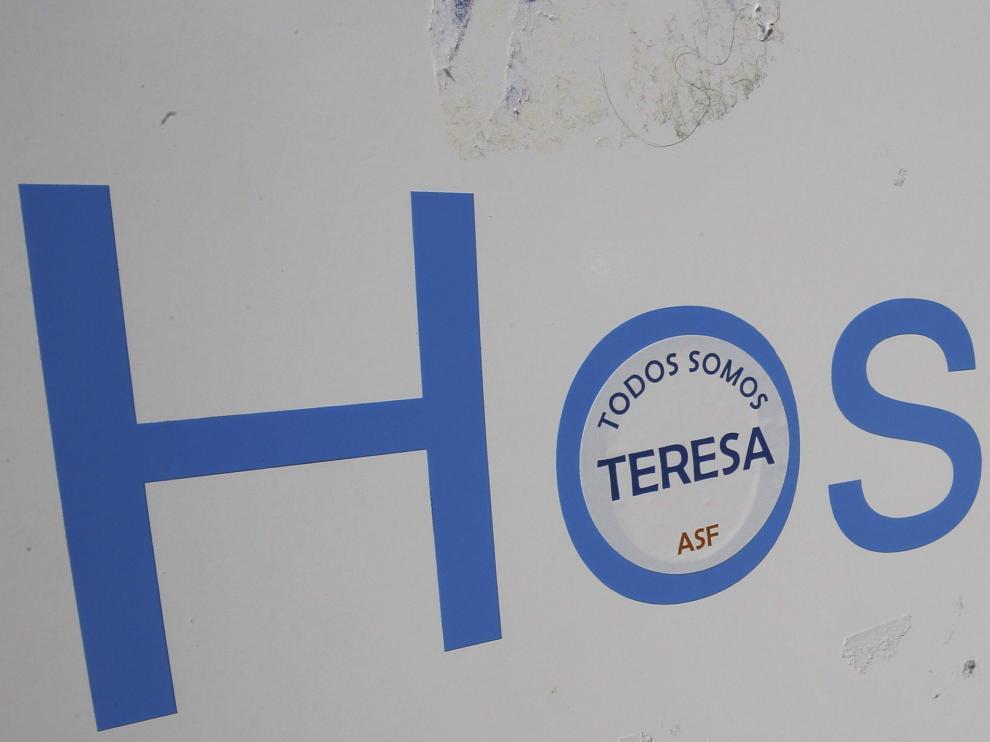 Cartel del hospital Carlos III con una pegatina de apoyo a Teresa Romero