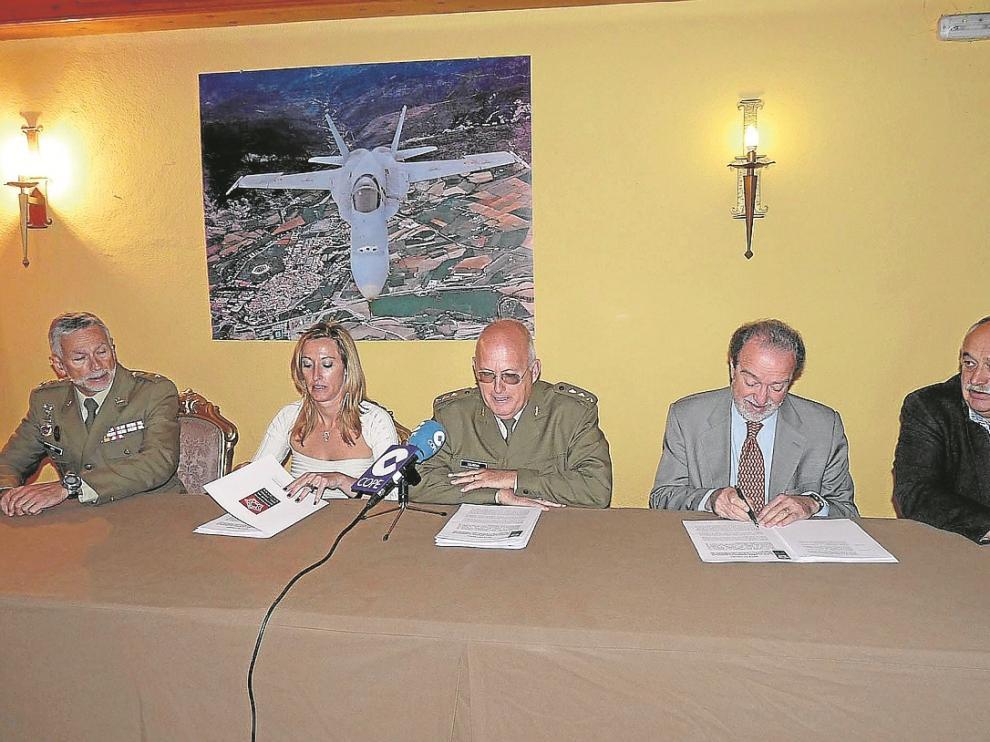 Representantes de Defensa, DGA, DPH y Ayuntamiento de Jaca comparecieron tras la comisión del lunes.